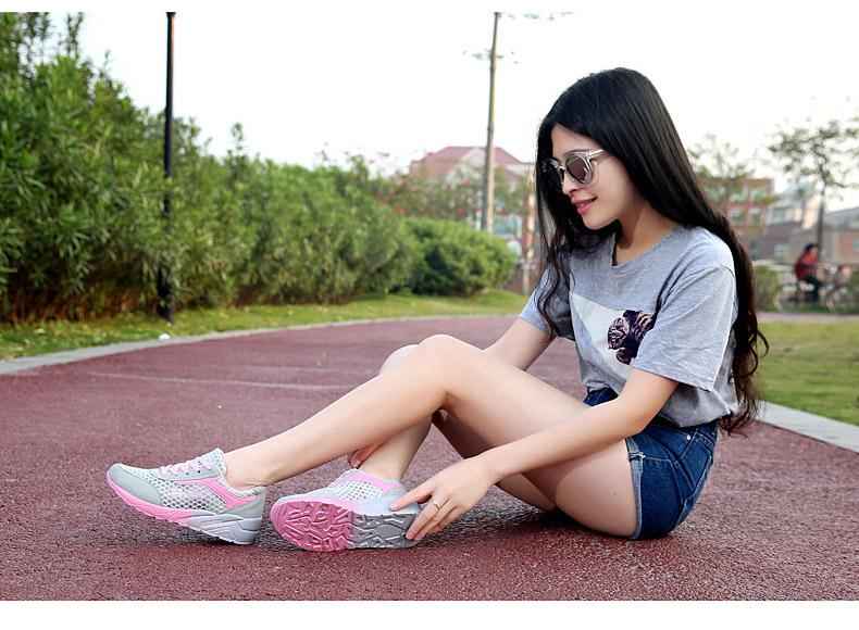 灰粉色氣墊鞋女模特展示