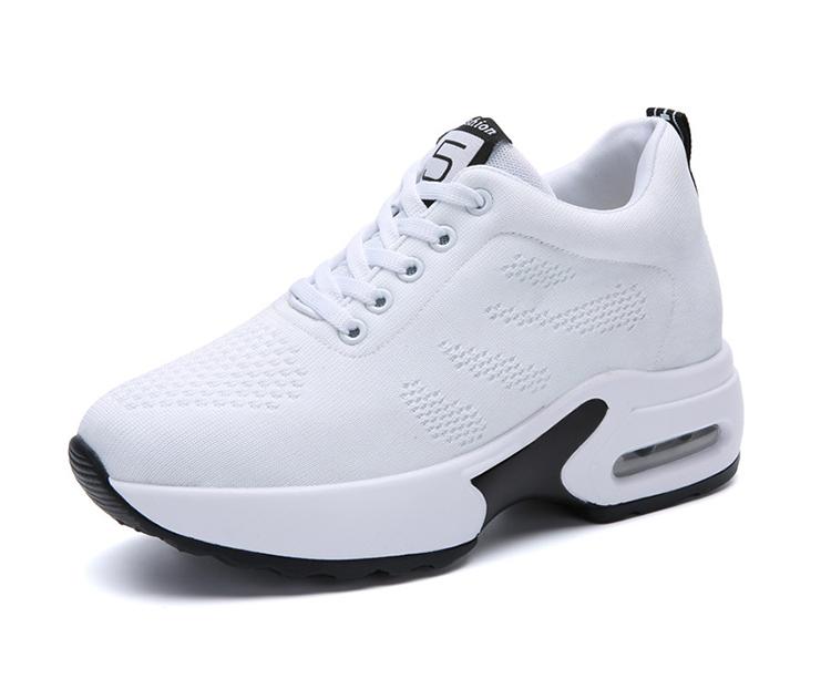 白色氣墊運動鞋